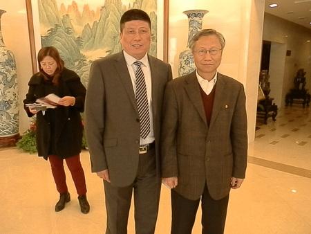 管总与郑教授在北京大会堂开会合影